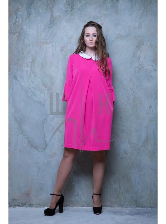 Платье с глубокой складкой и белым воротничком, цвет фуксия